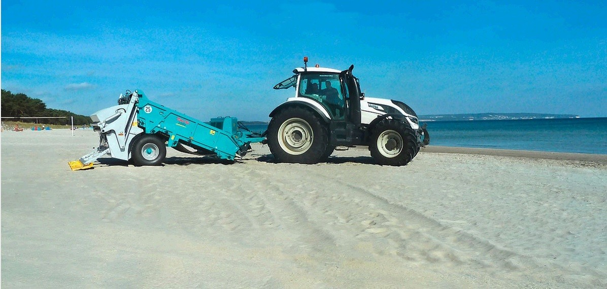 Trailed beach cleaning machine BeachTech 2500